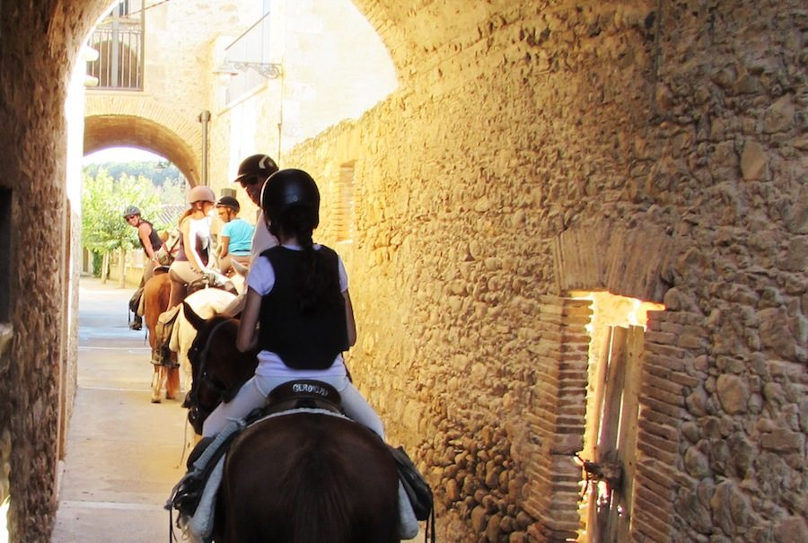 village médiéval randonnée équestre Catalogne