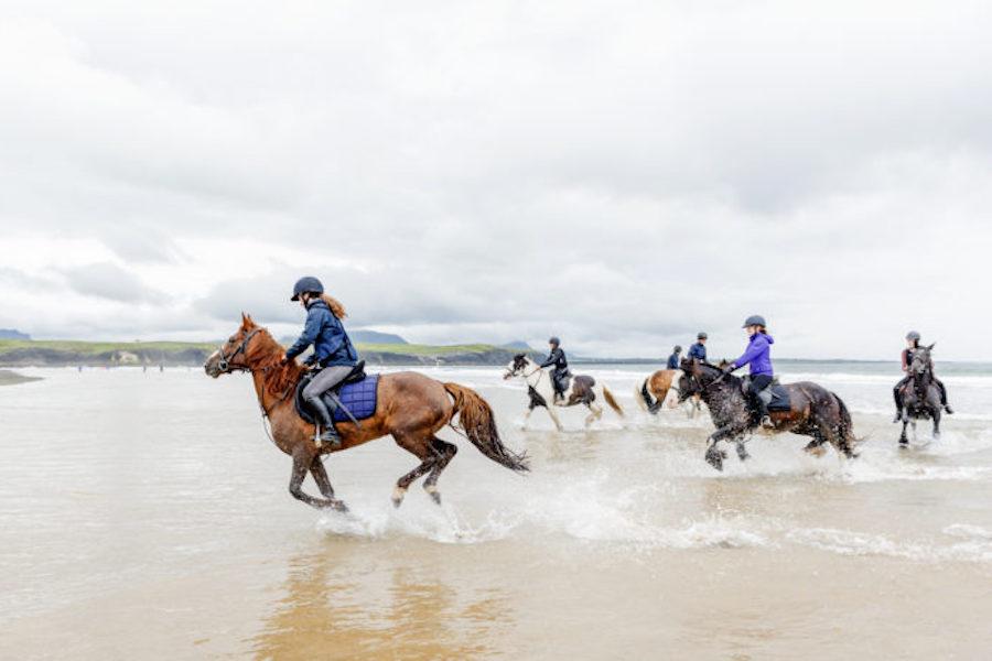 Galop chevaux Donegal plage équitation